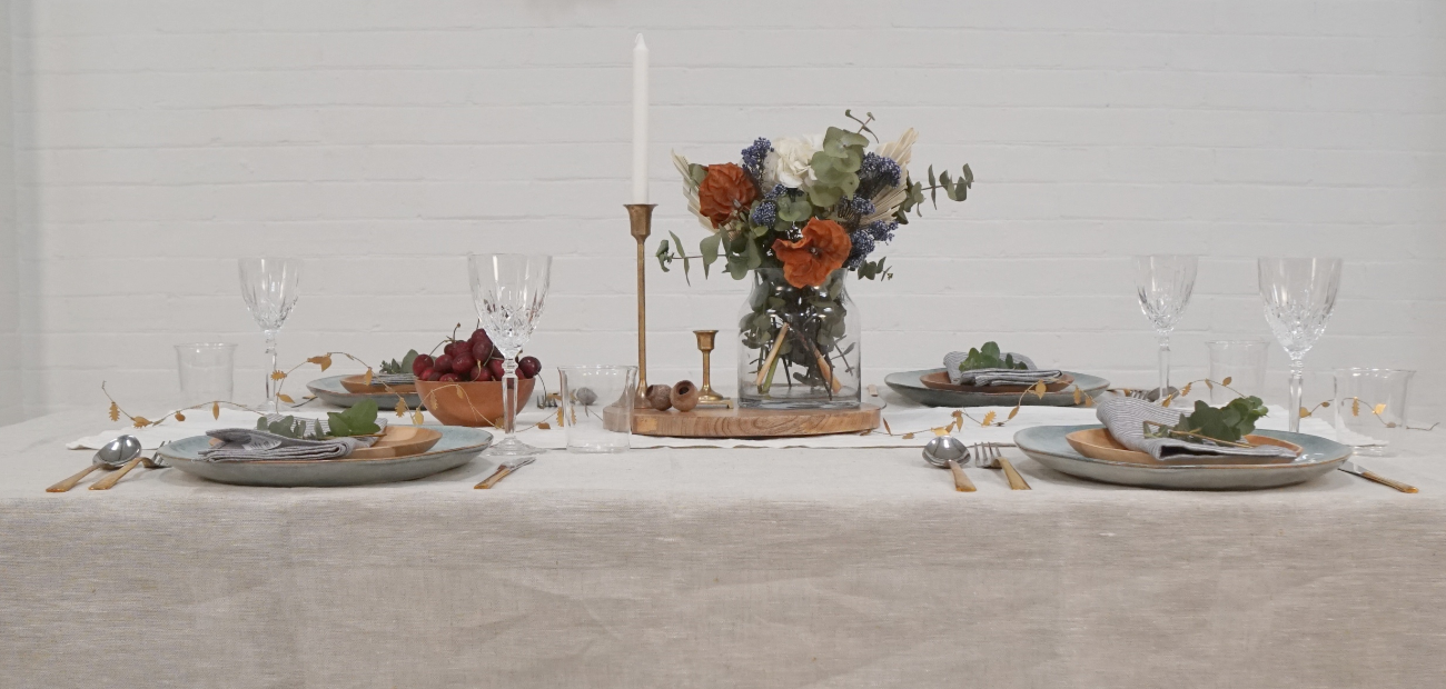 HOW TO CREATE A CHRISTMAS TABLE SETTING WITHOUT THE FUSS